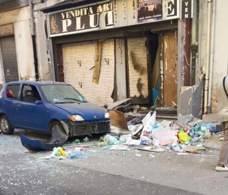 Esplosione in un negozio di Afragola: gli agenti del Commissariato di Afragola indagano