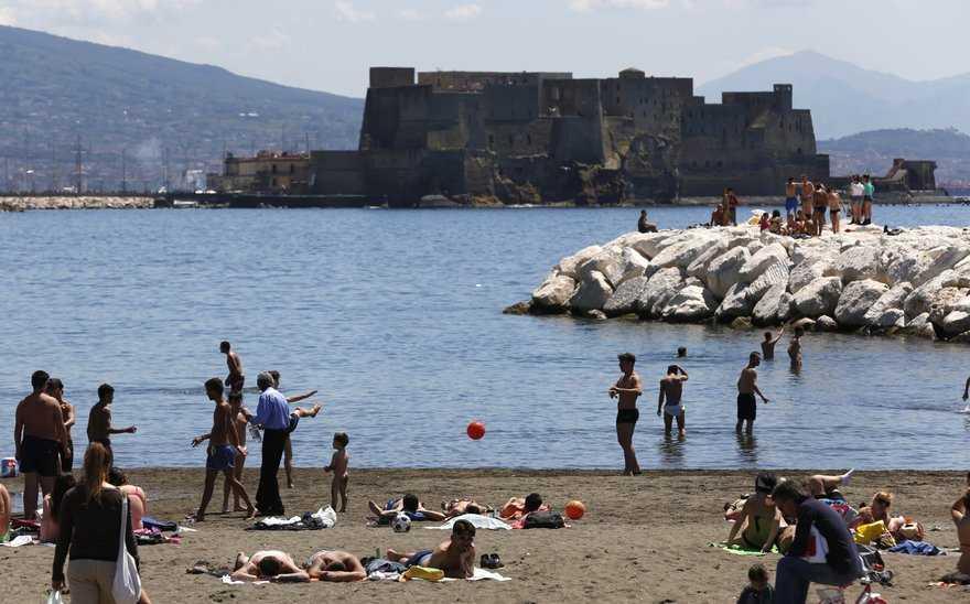Estate a Napoli: centinaia di persone pronti a godere delle bellezze della città