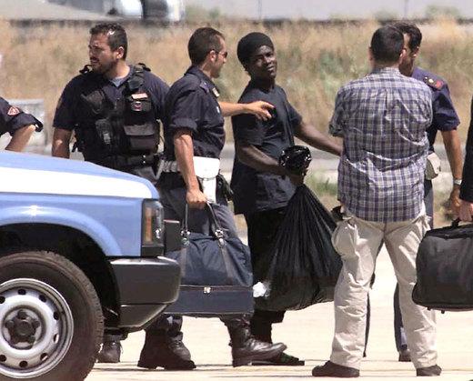 Immigrati non vogliono farsi identificare: la polizia interviene