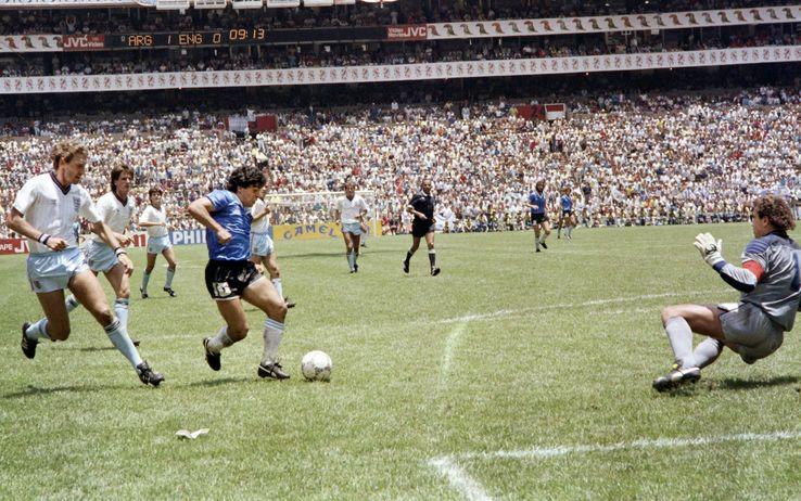 Maradona, il 22 giugno di 29 anni, riscriveva le leggi del calcio, con la 'mano de Dios' e il gol del Secolo