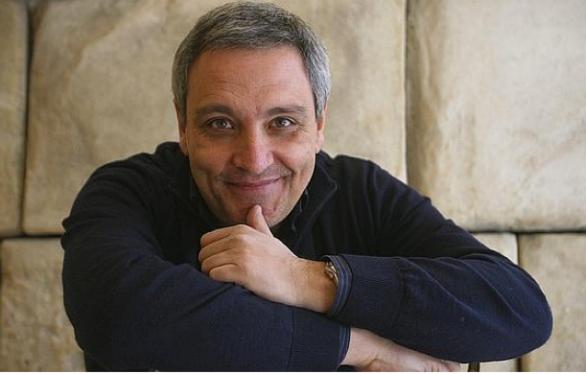 Maurizio de Giovanni regala alla Grecia i diritti di traduzione dei suoi romanzi