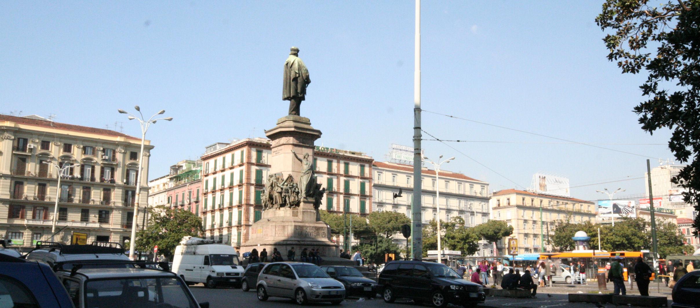 Narcotizza coppia di turisti per rapinarli: 40enne arrestato a Napoli