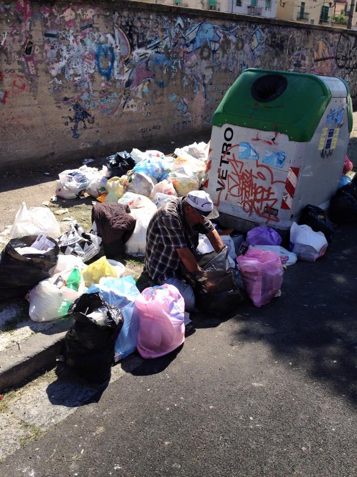 Uomo scava tra i rifiuti per nutrirsi: l'immagine fa il giro del web