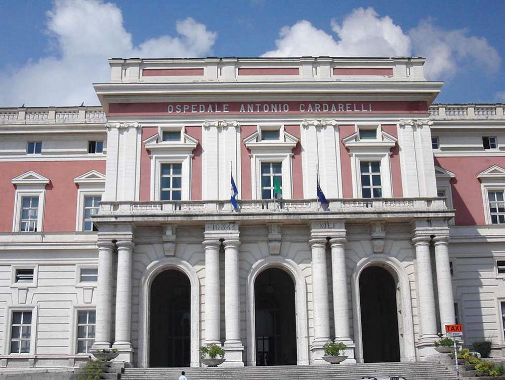 Violenza al Cardarelli di Napoli: medico e infermiera presi a calci e pugni da un paziente