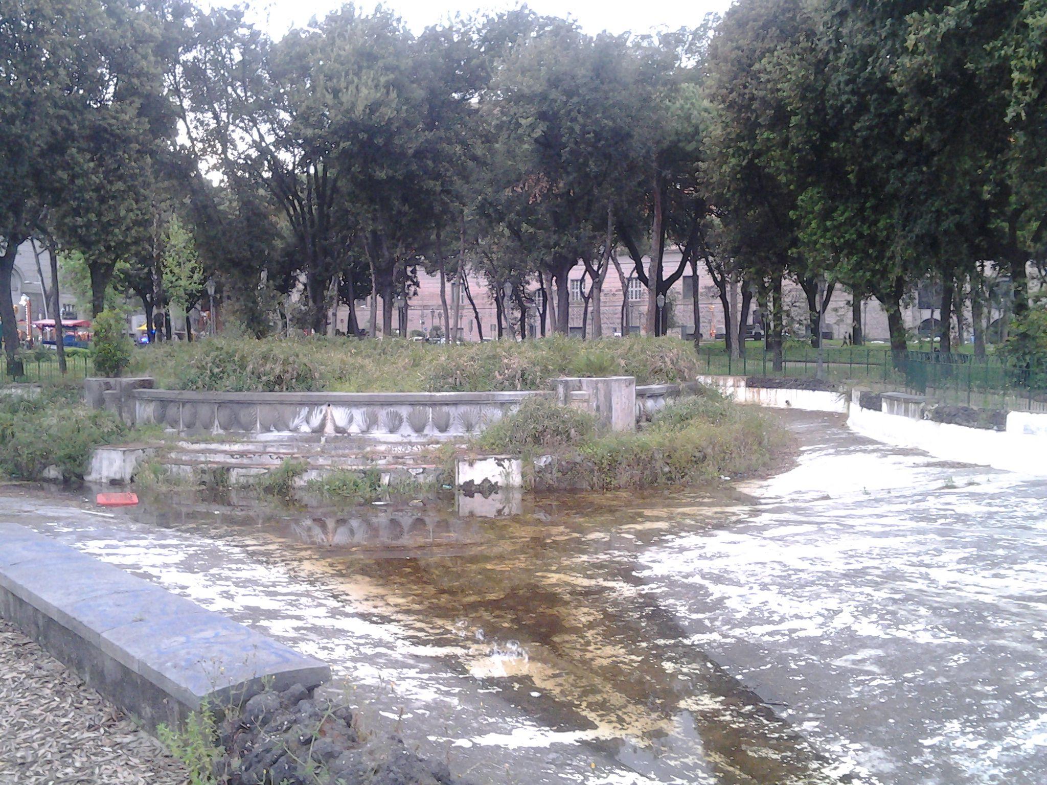 Coppia senzatetto nella fontana dei Papiri: lei è incinta
