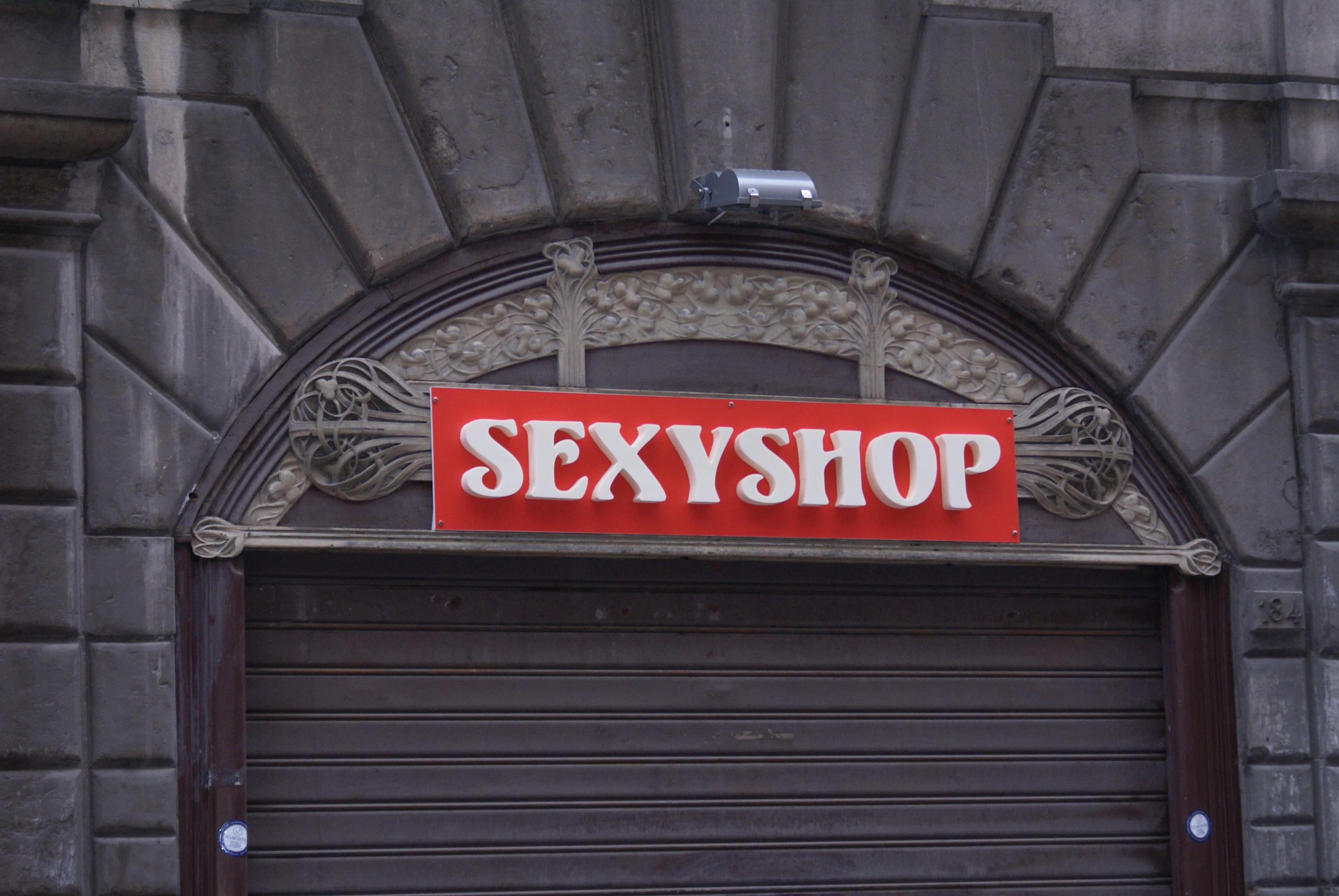 Farmaci in vendita in un sexy shop a Napoli