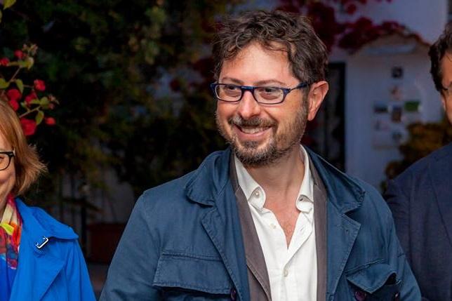 Lo redarguisce perchè getta i rifiuti dal finestrino: Francesco Emilio Borrelli aggredito e investito in diretta radiofonica