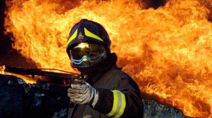 Incendio a Napoli: capannoni cinesi distrutti