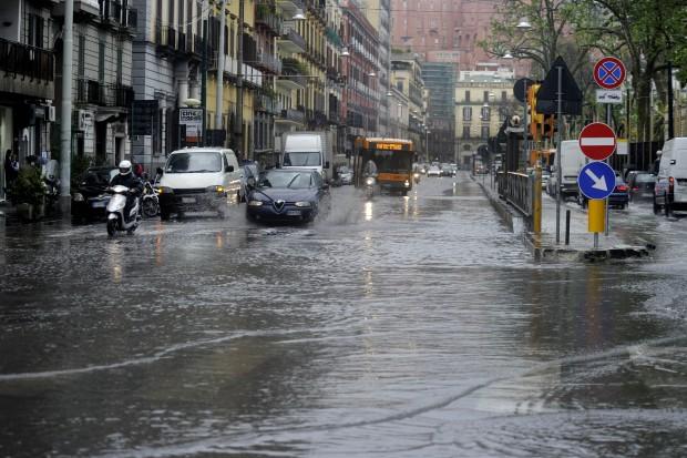 Maltempo a Napoli: case e negozi allagati. Turisti e pendolari bloccati nelle stazioni