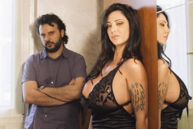 Marika Fruscio moglie traditrice per gli Stil Novo in 'Scelgo il silenzio'