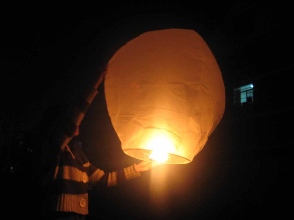 Muore per far volare lanterna cinese al compleanno della fidanzata
