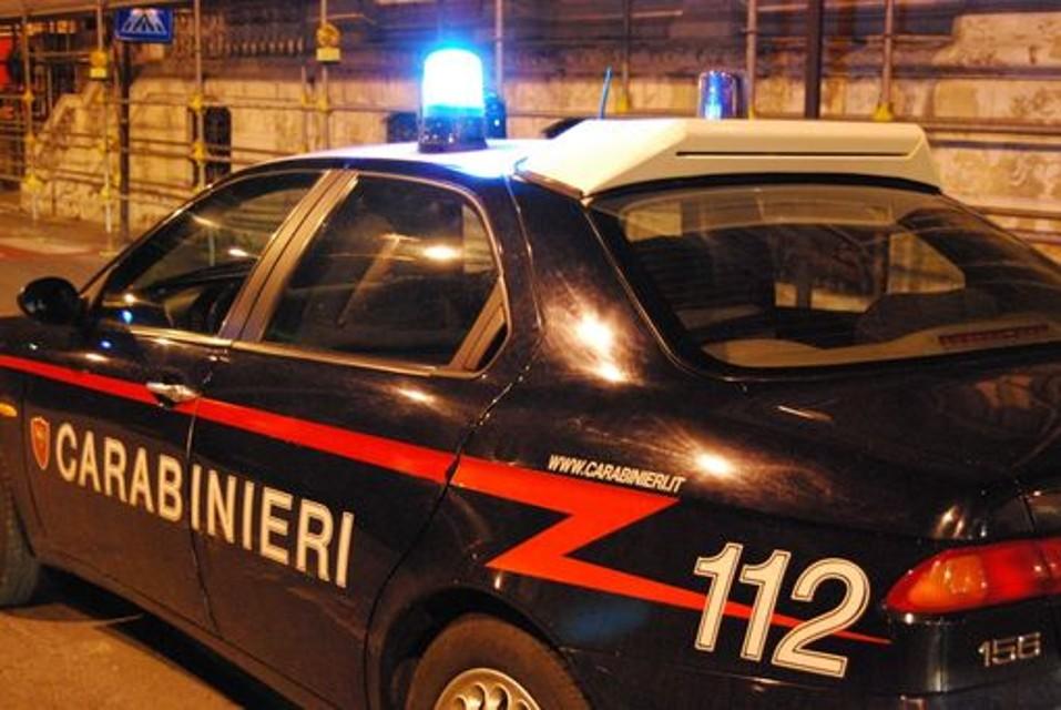 Parcheggiatori abusivi, guida senza patente, uso di droga e ricettazione: il blitz dei carabinieri nella movida di Napoli