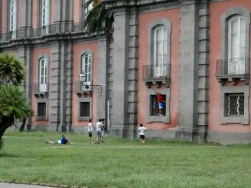 Reggia di Capodimonte, balcone distrutto per recuperare un pallone