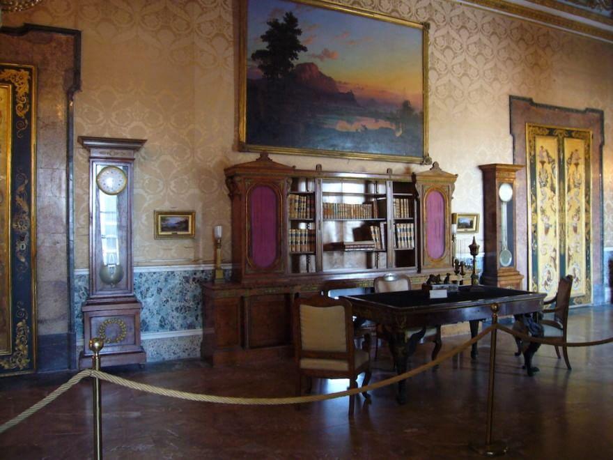 Rubato libro antico a Palazzo Reale, Napoli