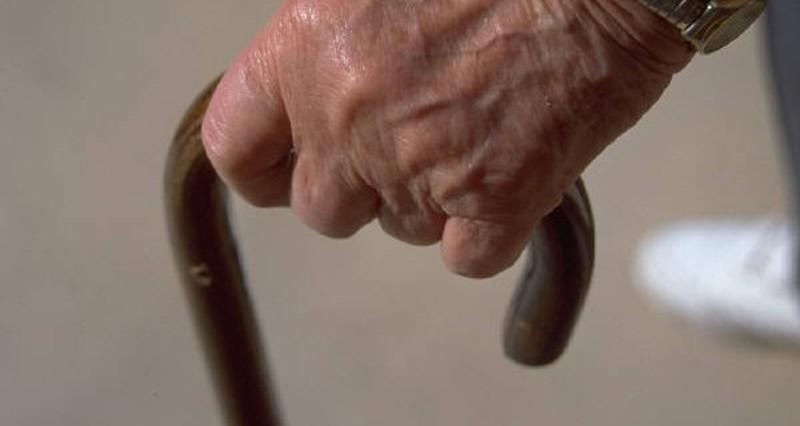 Storie di solidarietà: prete aiuta 61enne disperato per la rottura del suo bastone