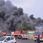 Nuovo incendio a Napoli, una colonna di fumo si alza a Gianturco (VIDEO)