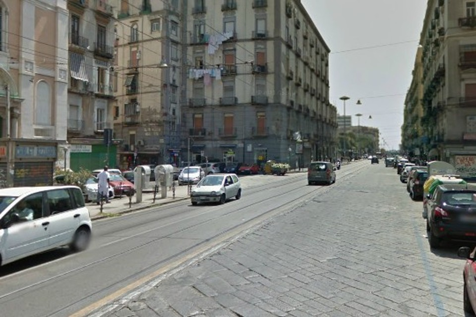 Cadono calcinacci da un balcone a Napoli: tre feriti