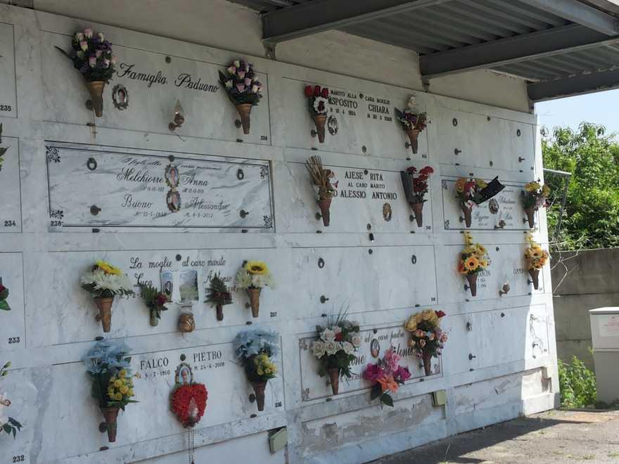 Custode del cimitero chiede extra per riesumare salma: arrestato