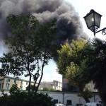 Napoli, rifiuti in fiamme: colonne di fumo visibili anche a distanza