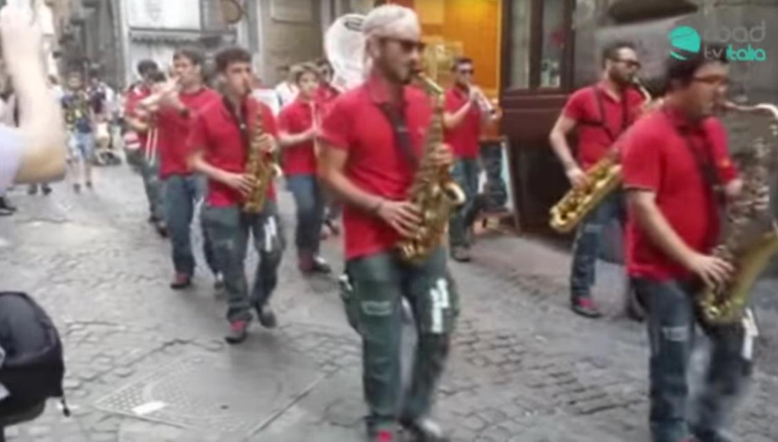 Street Band suona Pino Daniele nei vicoli di Napoli