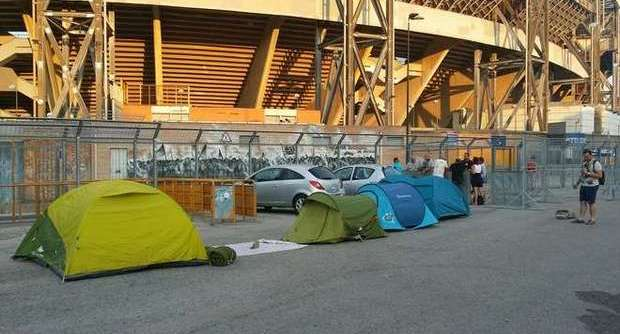 Vasco Rossi al San Paolo: fan accampati fuori lo stadio attendono il Blasco