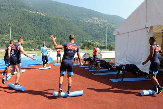 Cori dei tifosi durante l'allenamento del Napoli (Video e Foto)