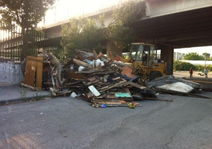 Campo rom sgomberato a Napoli: rinvenuti anche rifiuti speciali