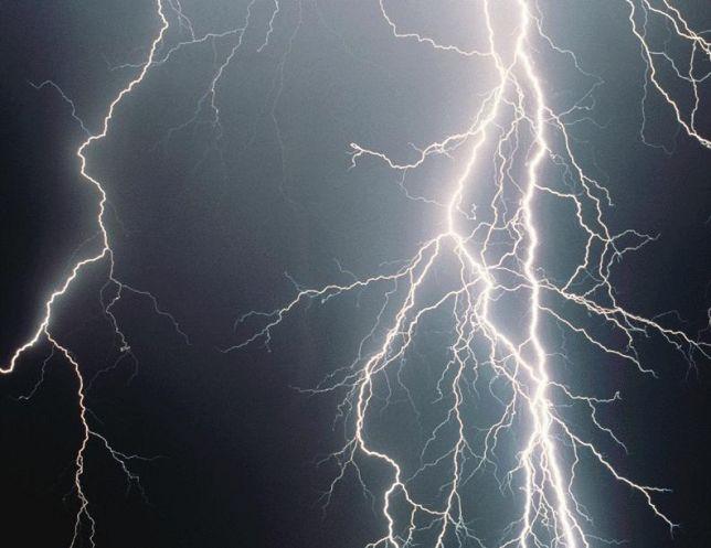 Napoli: 15enne colpita da un fulmine mentre è al cellulare