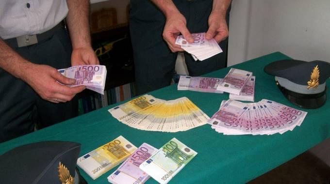 Frattamaggiore, sequestrati in un garage dieci milioni di euro falsi