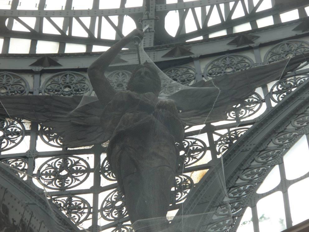 Galleria Umberto I: reti di metallo anche per gli angeli