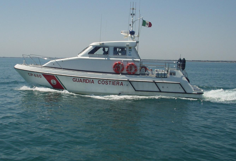 Guardia Costiera salva barca in avaria a largo di Posillipo, a bordo 4 bambini
