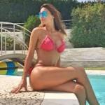 Anna Tatangelo: scatti sexy a bordo piscina