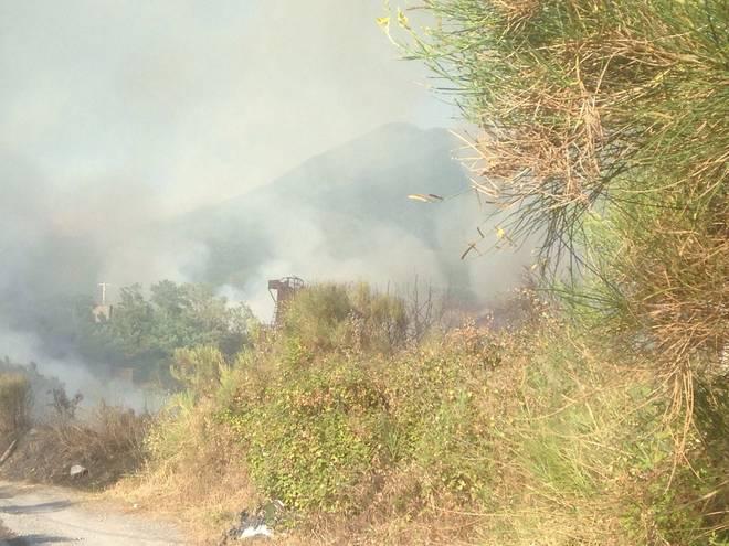 Incendio sul Vesuvio: al fuoco vegetazione e rifiuti alle pendici del vulcano