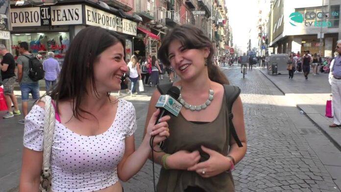 """""""La donzelletta vien...di notte"""" - I giovani conoscono le poesie italiane? VIDEO"""