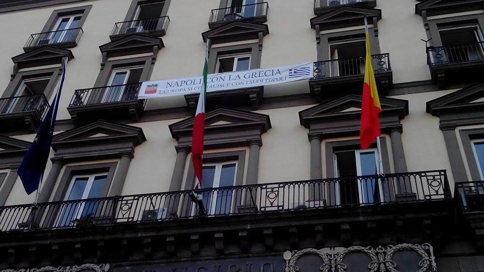 Napoli con la Grecia: grande partecipazione per il sit in a Piazza Municipio