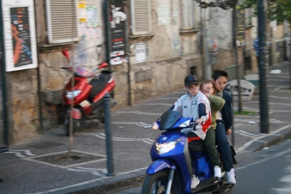Napoli vista da Google Maps: infrazioni stradali e illegalità quasi ad ogni angolo di strada