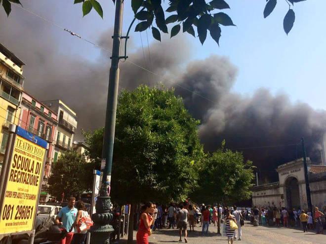 Napoli va a fuoco, rifiuti in fiamme