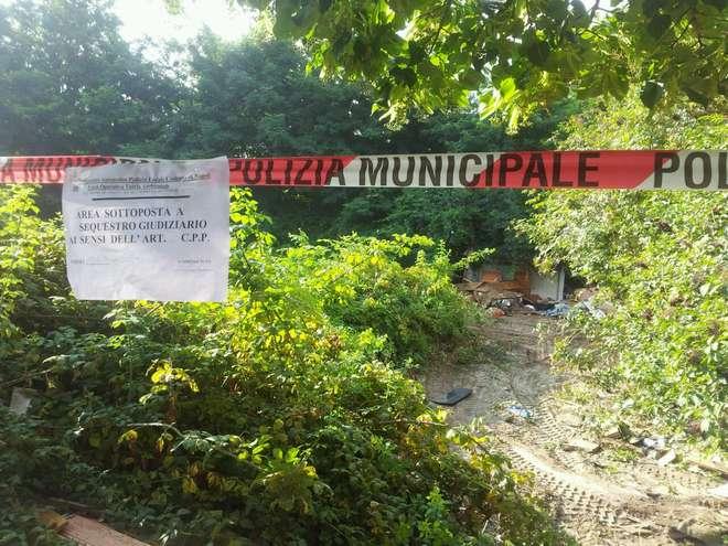 Campo rom abusivo a Pianura sgomberato: occupanti trasferiti in una ex scuola