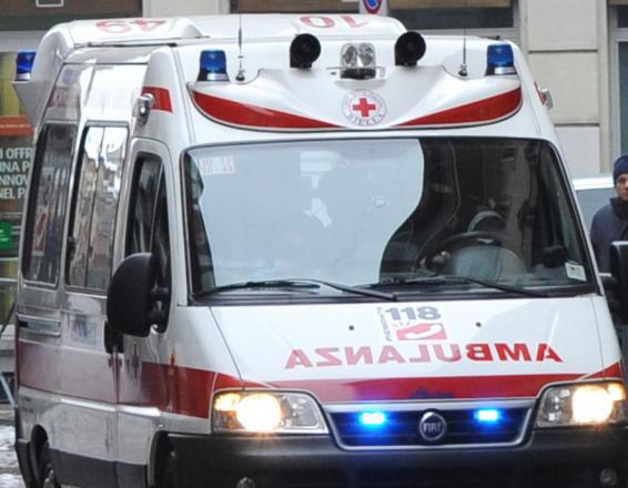 Si getta dal quinto piano di un palazzo: 54enne muore sul colpo