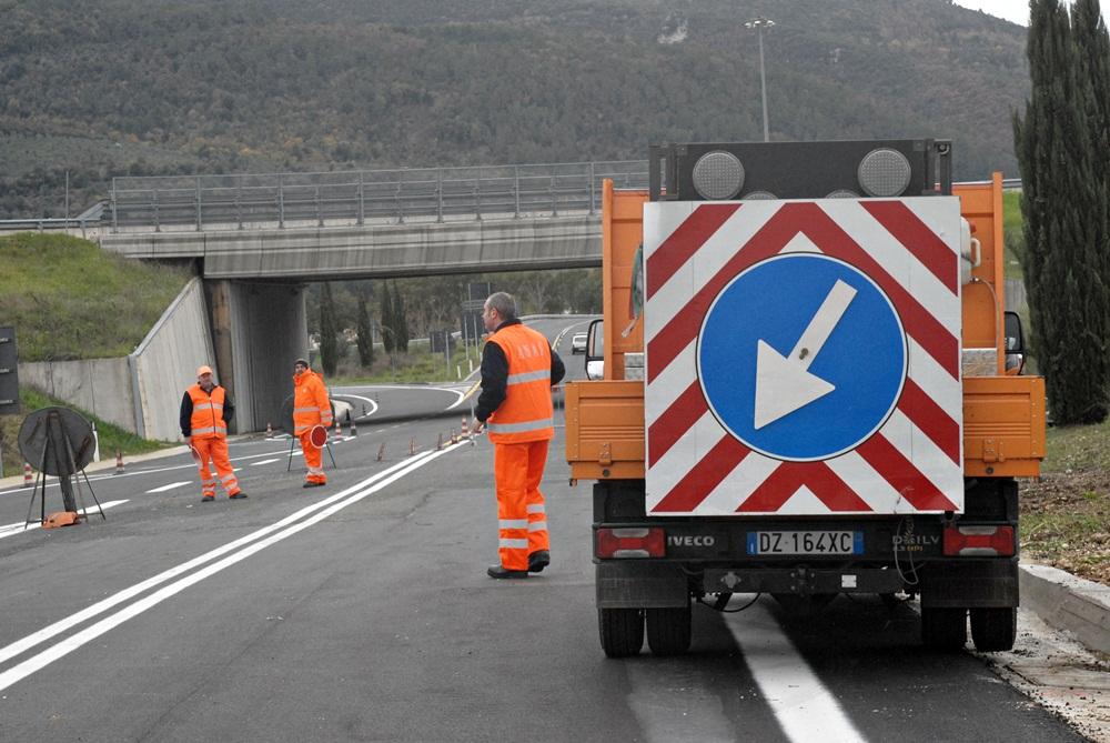Tragedia in autostrada: operaio muore colpito da specchietto