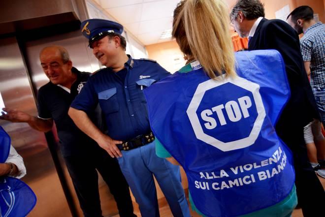 Violenza sui camici bianchi: medici napoletani indossano giubbotto antiproiettile