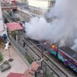 Incendio in Cumana: treno distrutto dalle fiamme (VIDEO e FOTO)