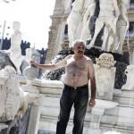 """Si taglia per protesta a Napoli: """"Non mi pagano da mesi"""" (FOTO e VIDEO)"""