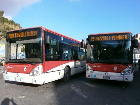 Aggredisce autista e rompe vetri del bus: paura a Pozzuoli