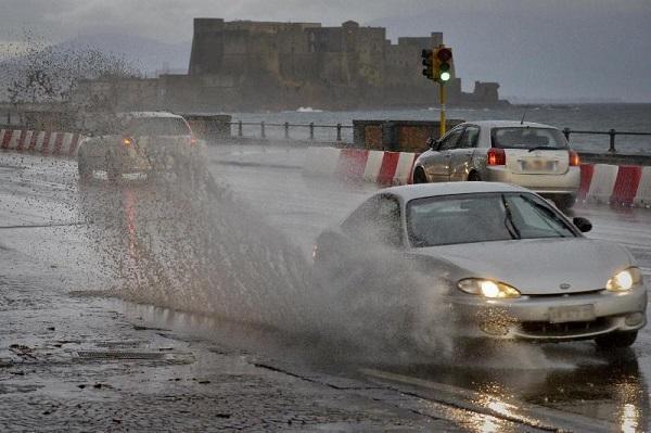 Forte pioggia in Campania: infiltrazioni d'acqua nel napoletano