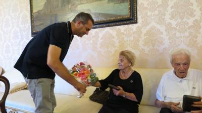 Luigi de Magistris festeggia i 75 anni di matrimonio di una coppia