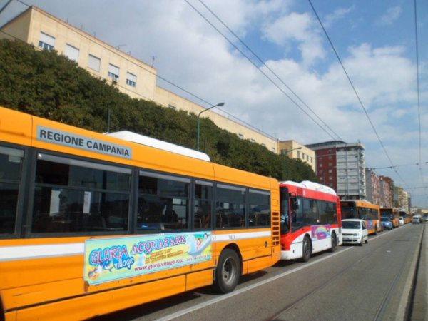 Rompe i vetri del bus con bastone: andava troppo veloce