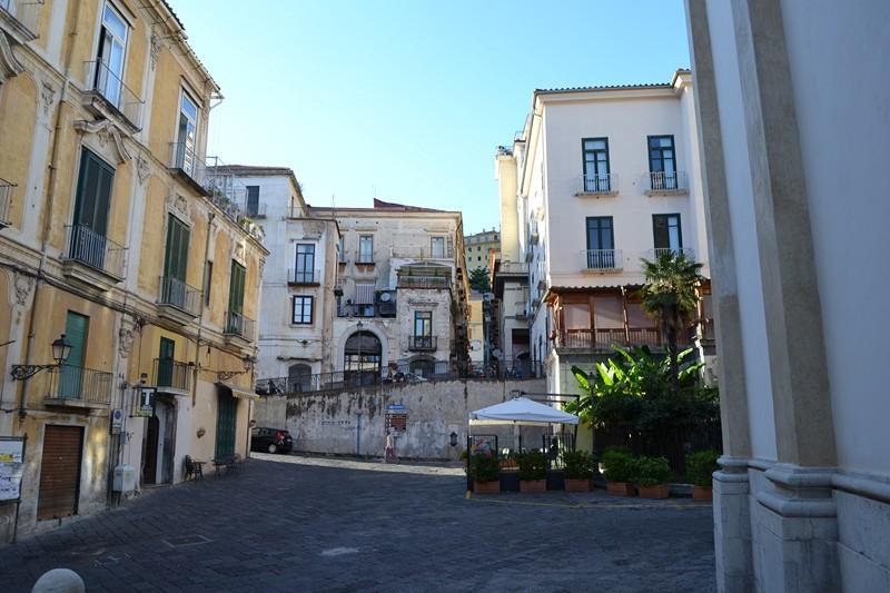 Bimbo in prognosi riservata dopo caduta da balcone, Salerno
