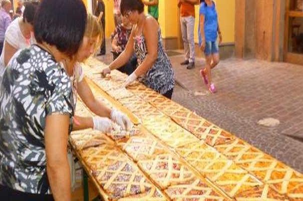 Crostata Record realizza a Napoli, lunga 1260 metri