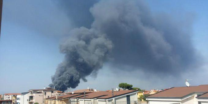 Incendio lungo il litorale domizio, tra Cuma e Licola